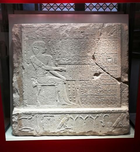 """""""Il rilievo della falsa porta"""", l'originale stele conservata nel Museo Barracco"""