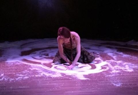 Una Circe enigmatica danza sulla sabbia