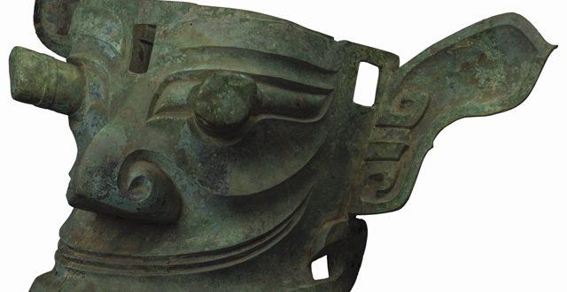 Museo di Sanxingdui_Maschera di bronzo con occhi sporgenti; Epoca Shang (1600-1046 a.C.)_lunghezza 138 cm, larghezza 85 cm, altezza 66 cm