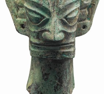 Museo di Sanxingdui_Testa di bronzo; Epoca Shang (1600-1046 a.C.)_altezza 34,8 cm, larghezza 20,7 cm, diametro longitudinale 13,7 cm, diametro trasversale 10,6 cm