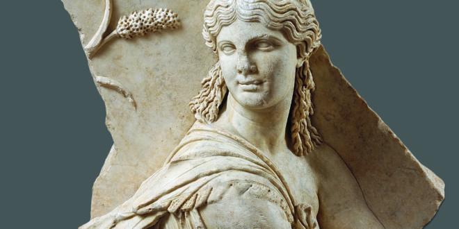 Frammento di rilievo con parte superiore di figura femminile