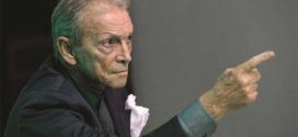 Magnetici occhi felini brillano nella voce di Umberto Orsini